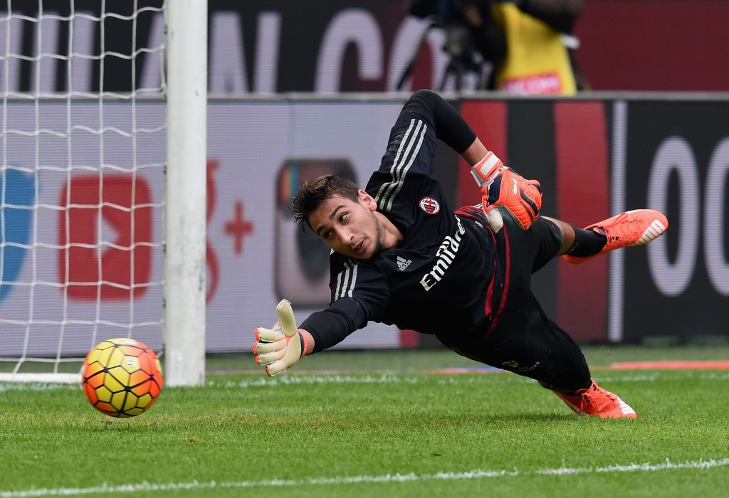 Gianluigi Donnarumma of AC Milan in action prior to the Serie A match between AC Milan and US Sassuolo Calcio at Stadio Giuseppe Meazza on October 25, 2015 in Milan, Italy. (Photo by Claudio Villa/Getty Images)