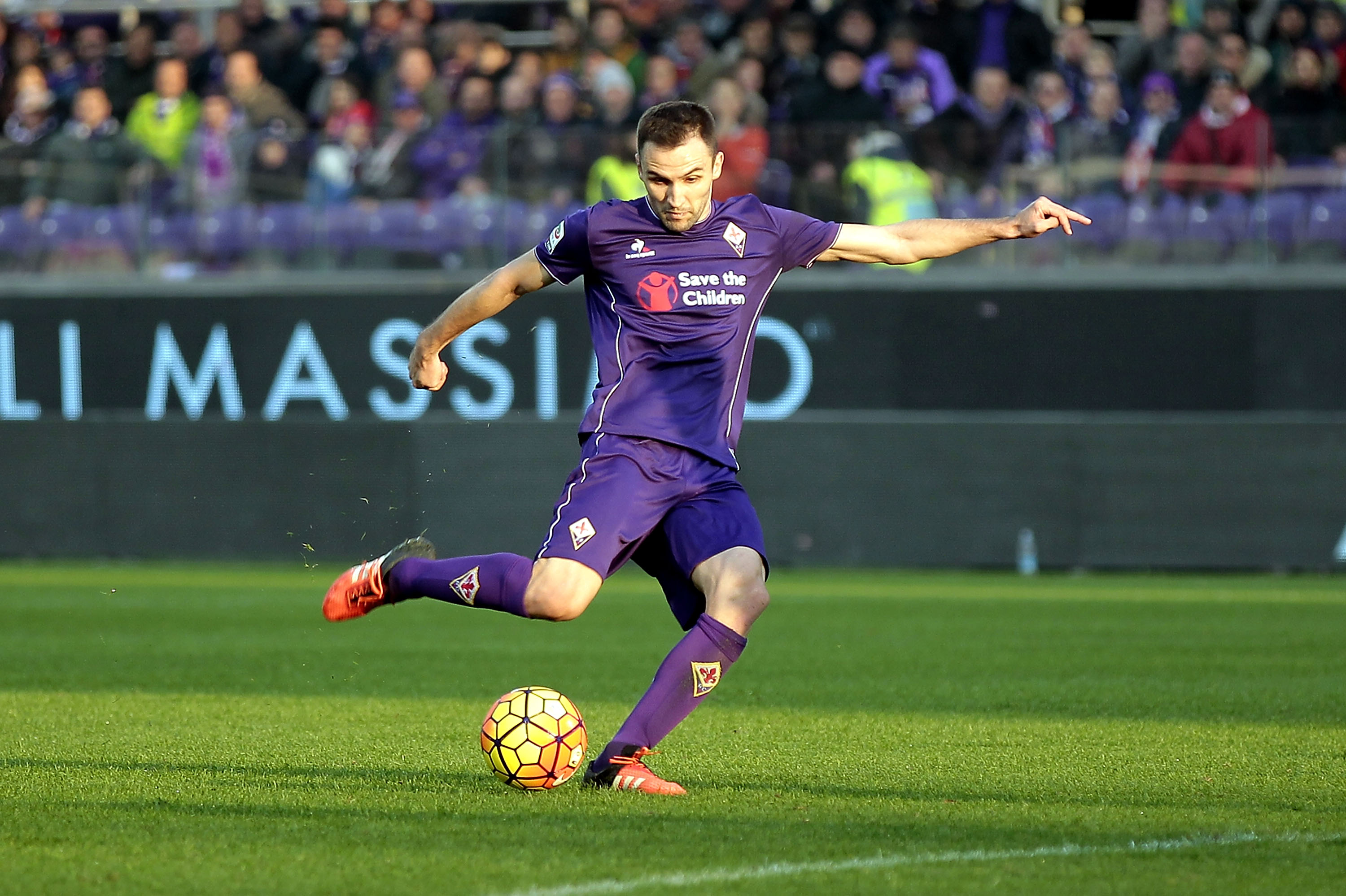 FLORENCE, ITALY - DECEMBER 06: Milan Badelj of ACF Fiorentina scores the opening goal during the Serie A match between ACF Fiorentina and Udinese Calcio at Stadio Artemio Franchi on December 6, 2015 in Florence, Italy. (Photo by Gabriele Maltinti/Getty Images)