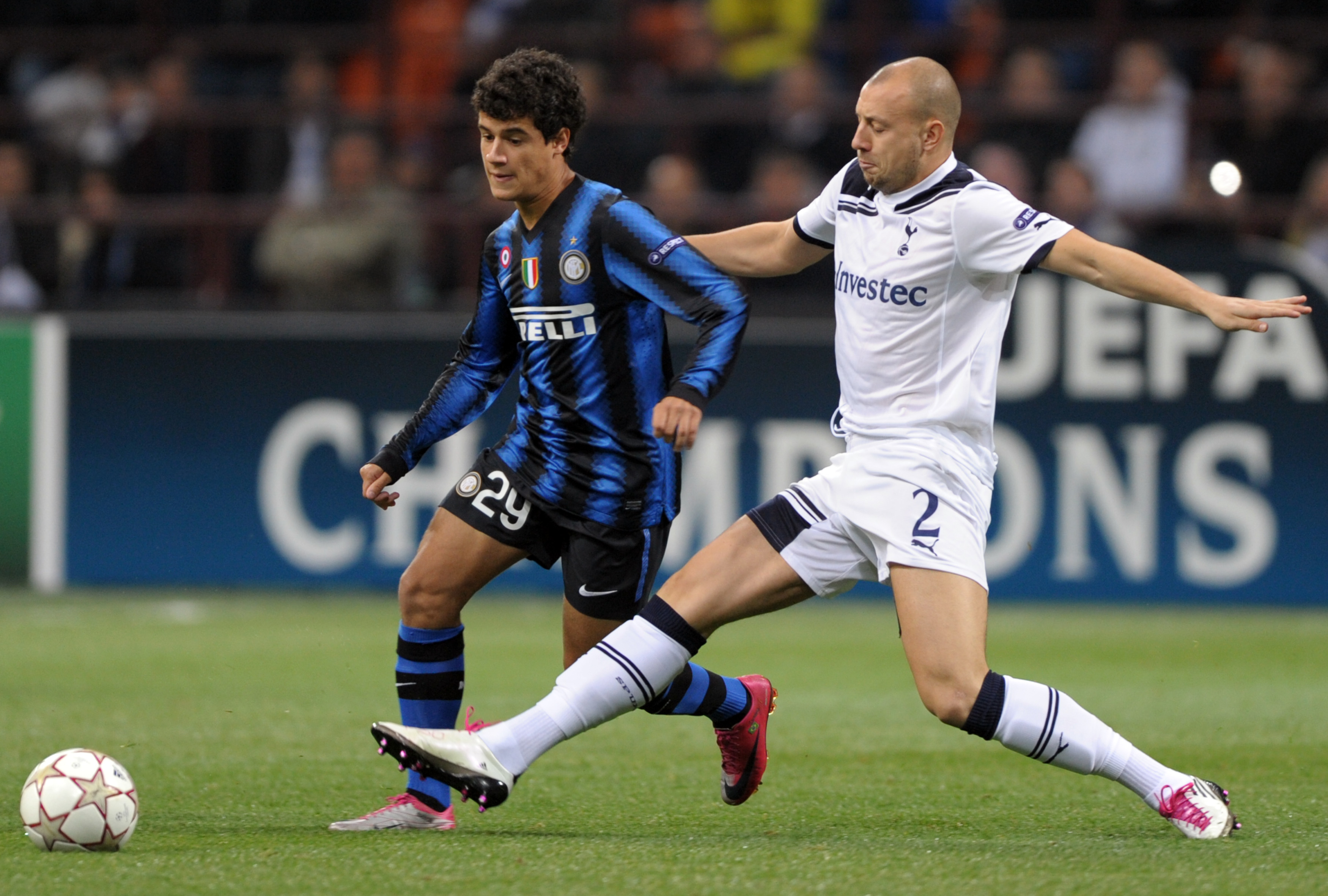 Inter Milan's Brazilian midfielder Philippe Coutinho Correia (L) challenges for the ball with Tottenham's defender Alan Hutton during their UEFA Champions League football match at San Siro stadium in Milan on October 20, 2010. AFP PHOTO / GIUSEPPE CACACE (Photo credit should read GIUSEPPE CACACE/AFP/Getty Images)