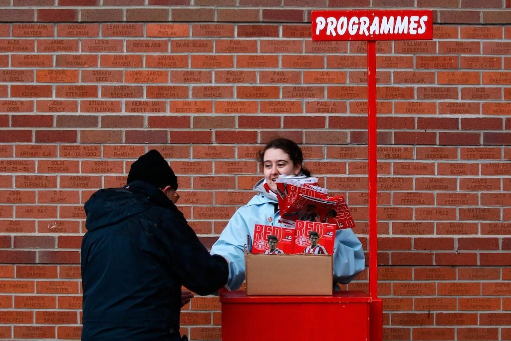 Match day magazine sono venduti fuori dallo stadio di Sunderland prima della partita contro il Southampton, febbraio 2014. Paul Thomas/Getty Images