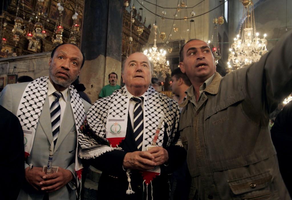 Blatter e Mohammed bin Hammam, presidente della Confederazione asiatica, e una guida nella Basilica della Natività a Betlemme, nel 2008 (Musa al-Shaer/Afp/Getty Images)