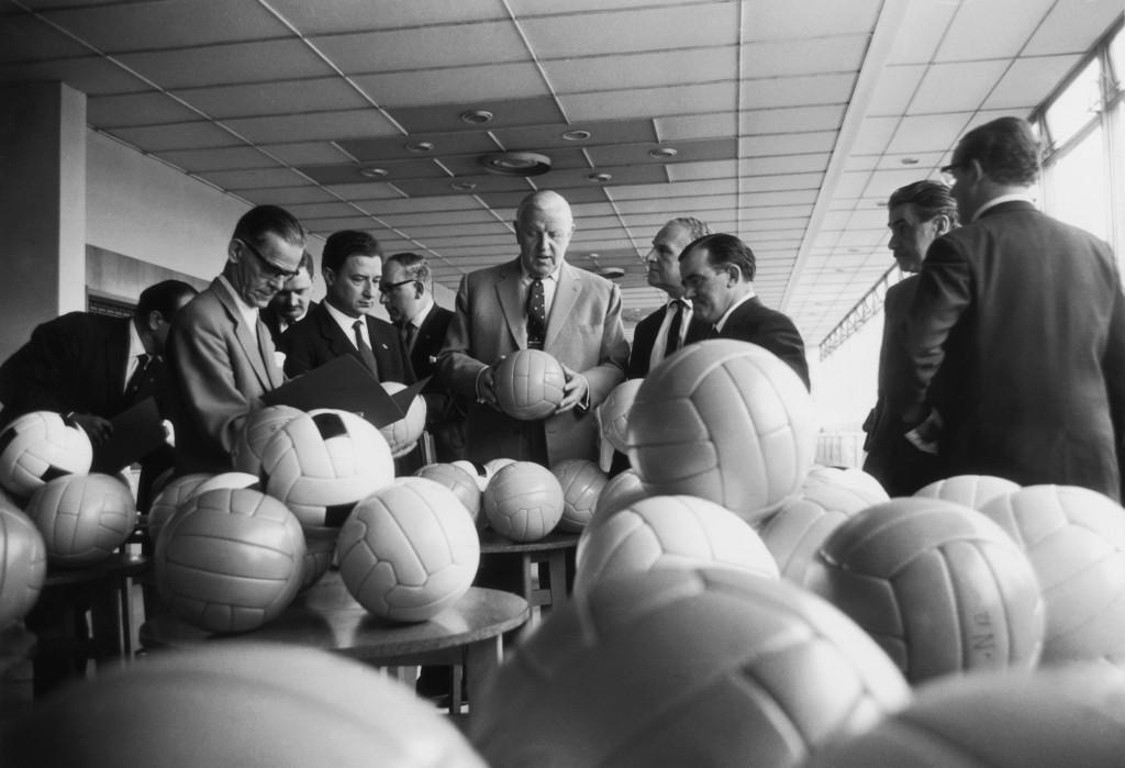 Stanley Rous, presidente Fifa,sceglie i palloni per il Mondiale del '66 (Robert Stiggins/Getty Images)