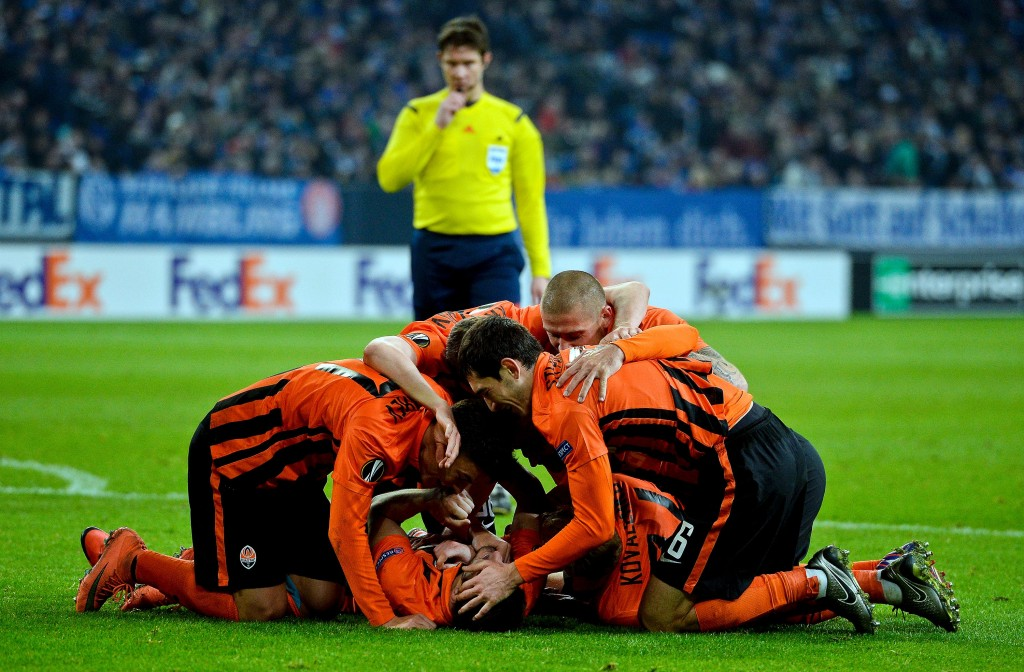 Shakhtars Facundo Ferreyra celebrates scoring the 0-2 goal with his team-mates during the UEFA Europa League, Round of 32 match football between FC Schalke and Shakhtar Donetsk in Gelsenkirchen, western Germany on February 25, 2016. / AFP / SASCHA SCHUERMANN (Photo credit should read SASCHA SCHUERMANN/AFP/Getty Images) I giocatori dello Shakhtar festeggiano per il successo nei sedicesimi di Europa League contro lo Schalke (Sascha Schuermann/Afp/Getty Images)