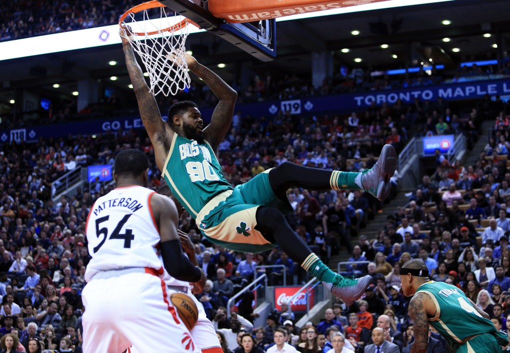 Amir Johnson schiaccia in un match contro i Toronto Raptors all'Air Canada Centre. Vaughn Ridley/Getty Images