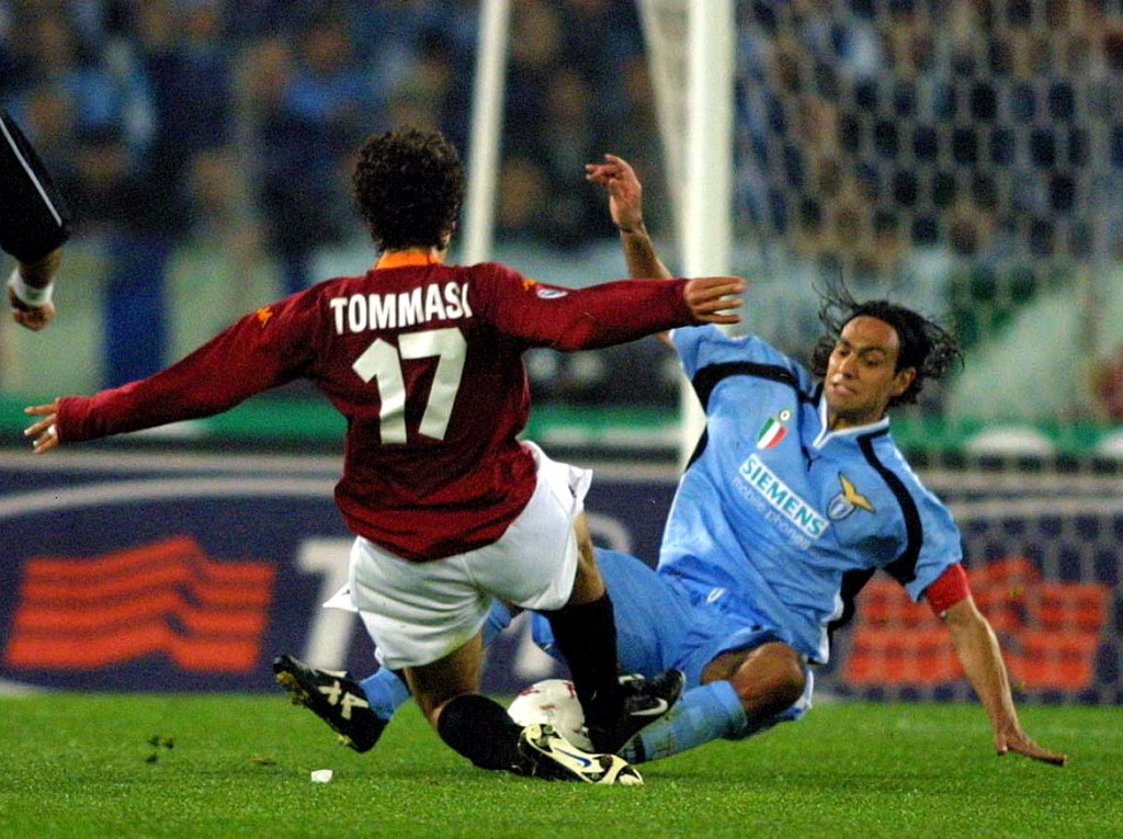 Ai tempi della Lazio, nel 2001, in uno scontro di gioco con Damiano Tommasi. Grazia Neri/ALLSPORT