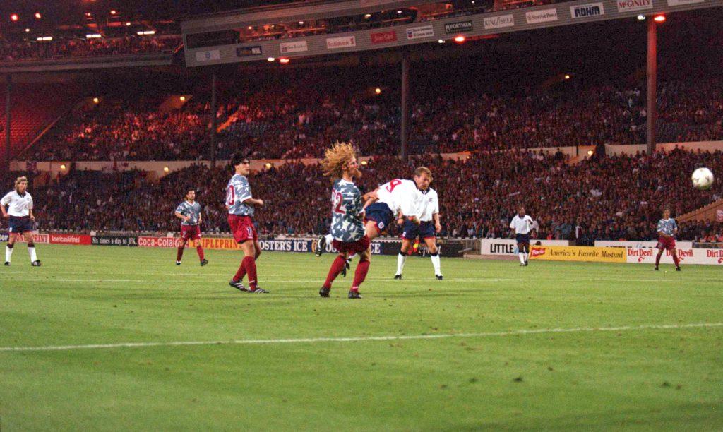 Segna un gol contro gli Usa nel 1994 (David Cannon/Allsport)