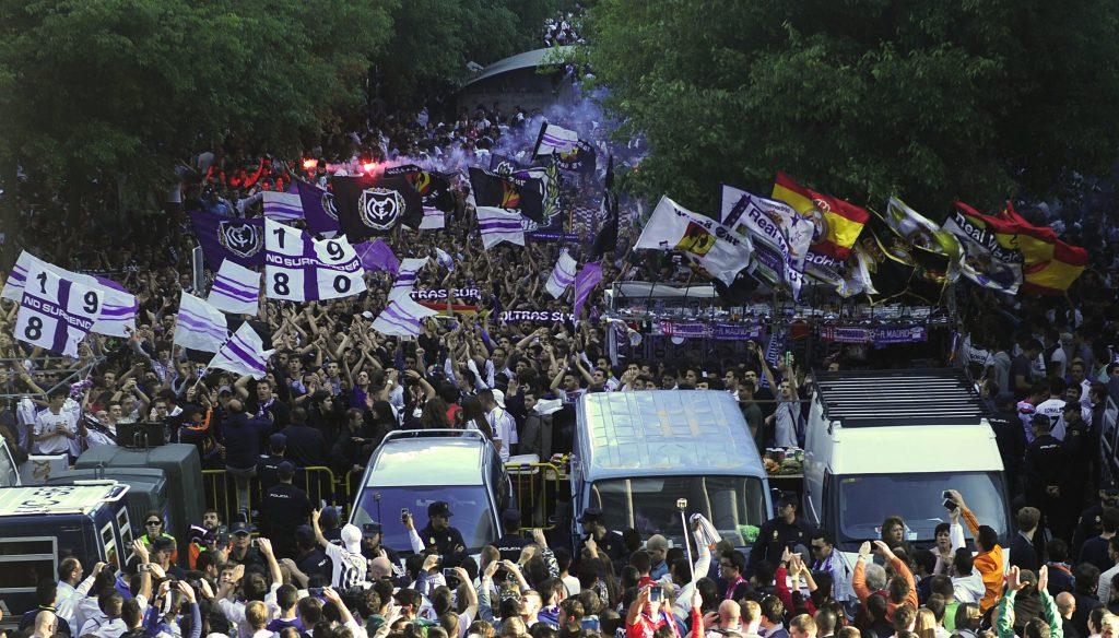 Tifosi del Real Madrid all'esterno del Santiago Bernabeu (Curto De La Torre/AFP/Getty Images)