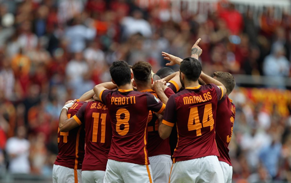 ROME, ITALY - MAY 08: Radja Nainggolan (C) with his teammates of AS Roma celebrates after scoring the opening goal during the Serie A match between AS Roma and AC Chievo Verona at Stadio Olimpico on May 8, 2016 in Rome, Italy. (Photo by Paolo Bruno/Getty Images)