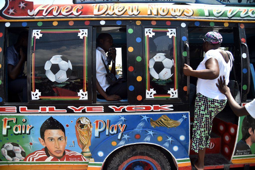 La faccia di Angel Di Maria disegnata su un bus a Port-au-Prince, Haiti (Hector Retamal/AFP/Getty Images)
