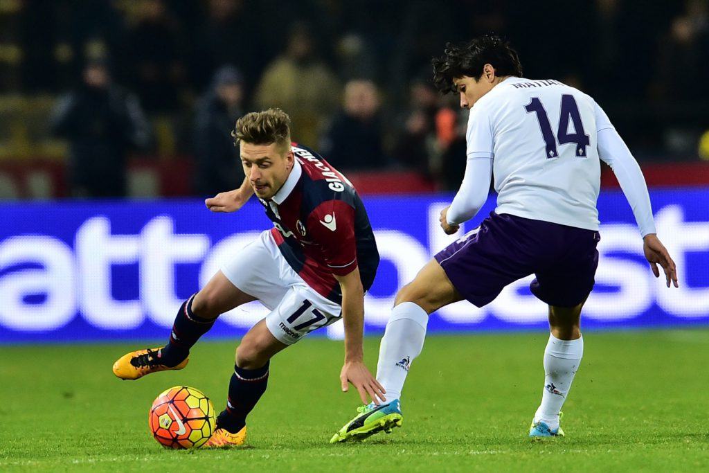 """Bologna's forward from Italy Emanuele Giaccherini(L)fights for the ball with Fiorentina's midfielder from Chile Matias Ariel Fernandez during the Serie A football match Bologna vs Fiorentina at """"Renato Dall'Ara"""" Stadium in Bologna on Febrauary 6, 2016. / AFP / GIUSEPPE CACACE (Photo credit should read GIUSEPPE CACACE/AFP/Getty Images)"""
