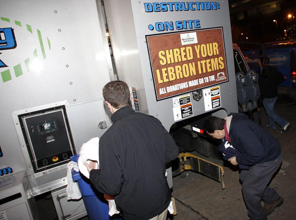 """Distruggete le vostre cose di LeBron"". Cleveland, 2010 (Gregory Shamus/Getty Images)"