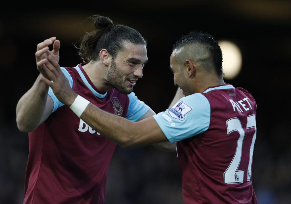Dimitri Payet esulta con Andy Carroll, in maglia West Ham (Adrian Dennis/AFP/Getty Images)