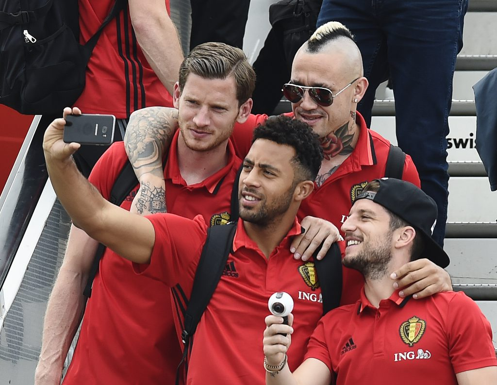 Jan Vertonghen, Moussa Dembele, Radja Nainggolan e Dries Mertens, alle prese con un selfie (John Thys/AFP/Getty Images)