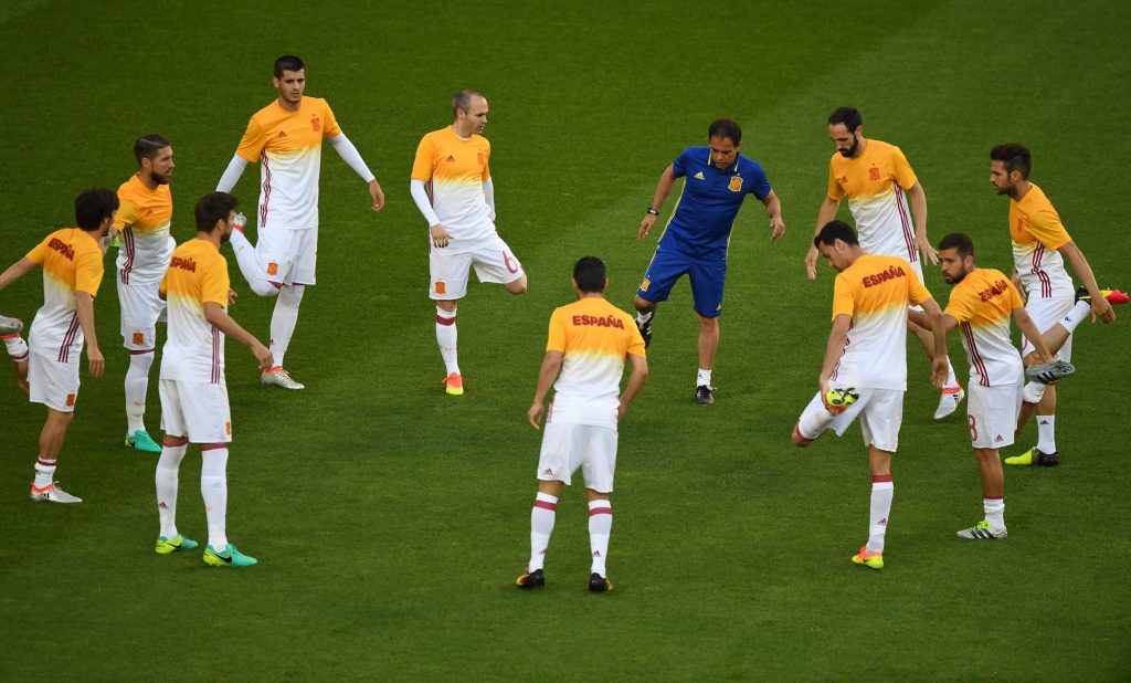 Spain's players warm up before the Euro 2016 group D football match between Croatia and Spain at at the Matmut Atlantique stadium in Bordeaux on June 21, 2016. / AFP / MEHDI FEDOUACH (Photo credit should read MEHDI FEDOUACH/AFP/Getty Images)