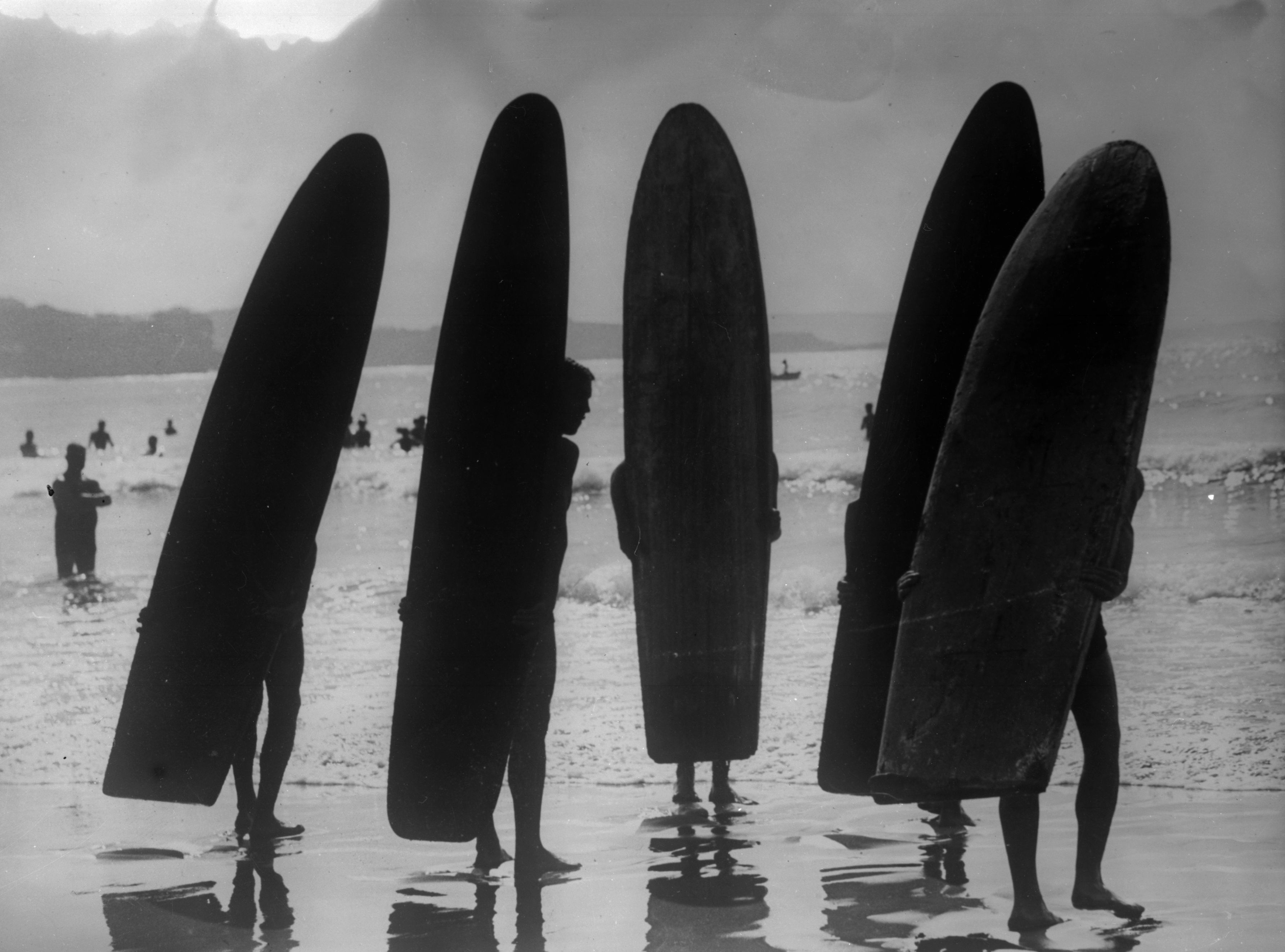 22nd June 1930: A group of surfers on a beach in Sydney, Australia. (Photo by Fox Photos/Getty Images)