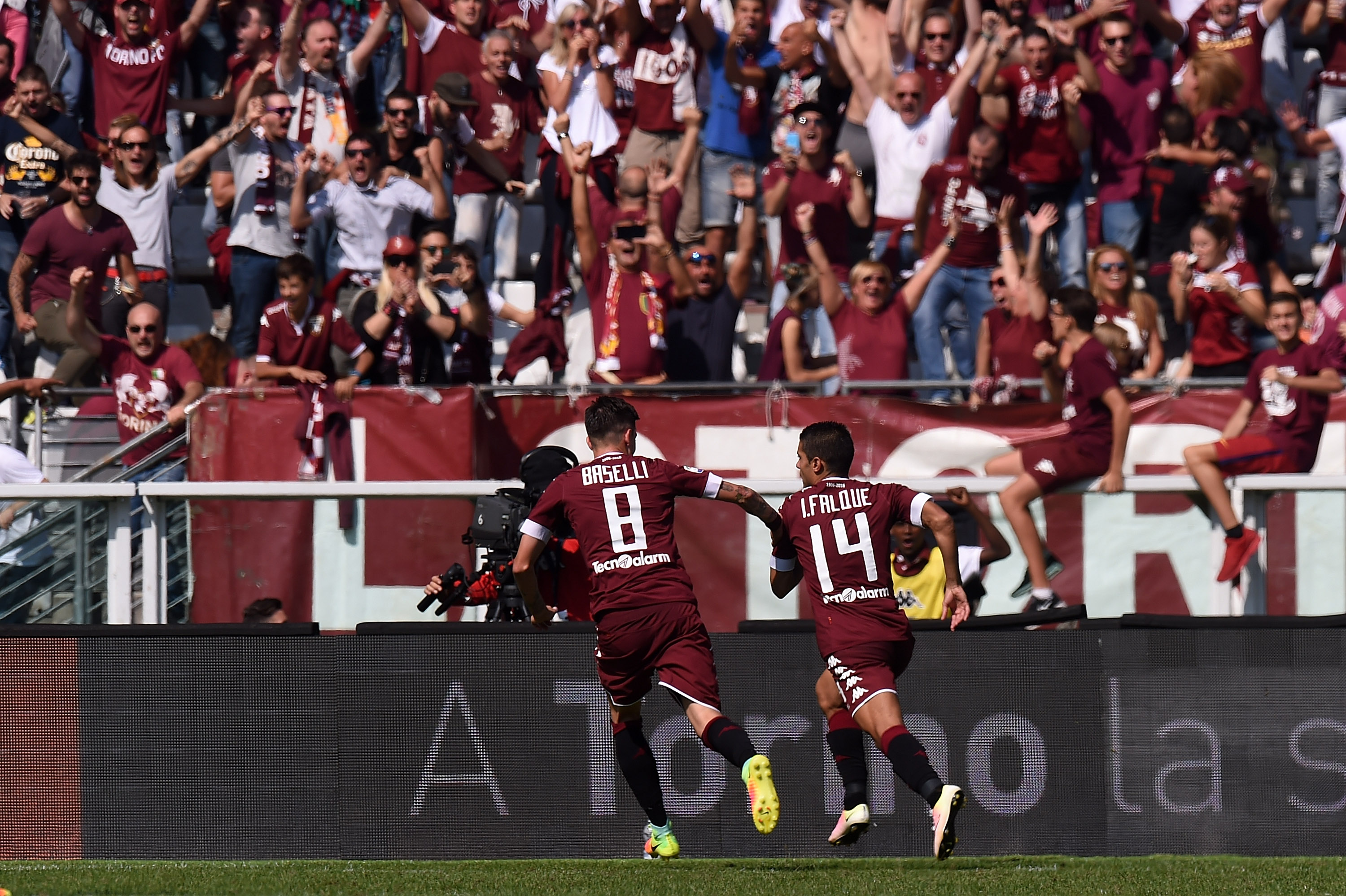 TURIN, ITALY - SEPTEMBER 25: Iago Falque of Torino celebrates after scoring a penalty (2-0) during the Serie A match between FC Torino and AS Roma at Stadio Olimpico di Torino on September 25, 2016 in Turin, Italy. (Photo by Tullio M. Puglia/Getty Images)