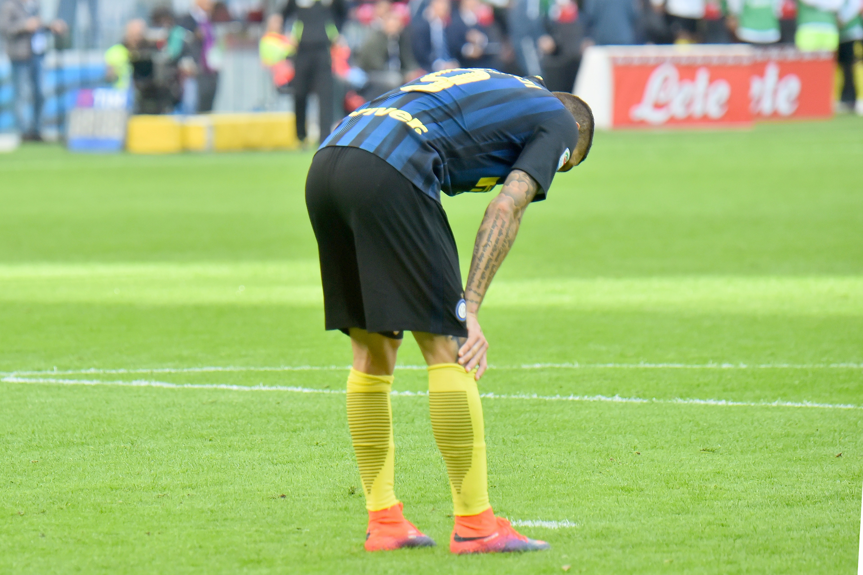 """Inter Milan's forward and captain from Argentina Mauro Icardi reacts during the Italian Serie A football match Inter Milan vs Cagliari at """"San Siro"""" Stadium in Milan on October 16, 2016. / AFP / GIUSEPPE CACACE (Photo credit should read GIUSEPPE CACACE/AFP/Getty Images)"""