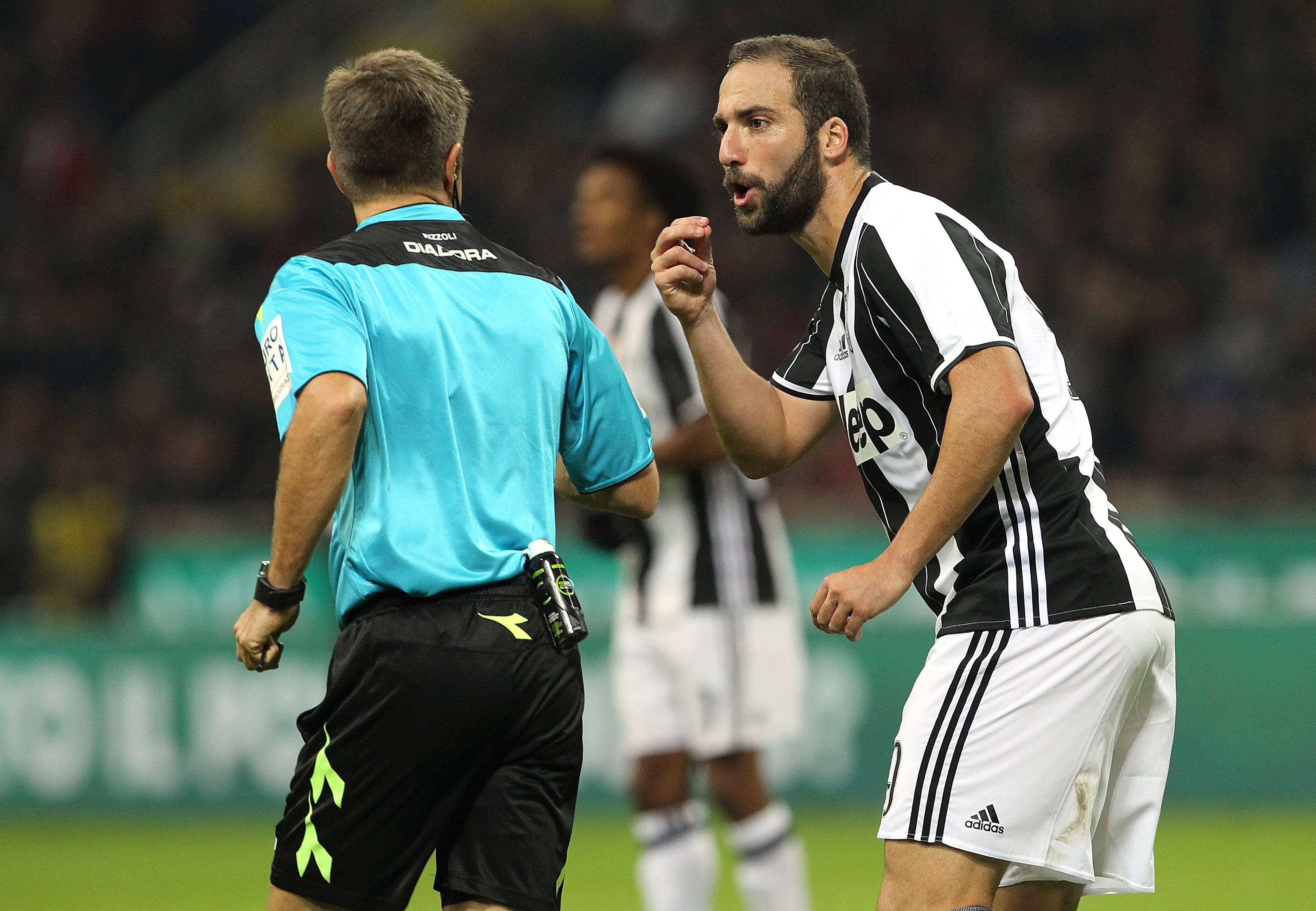 MILAN, ITALY - OCTOBER 22: Gonzalo Higuain (R) of Juventus FC disputes with Referee Nicola Rizzoli (R) during the Serie A match between AC Milan and Juventus FC at Stadio Giuseppe Meazza on October 22, 2016 in Milan, Italy. (Photo by Marco Luzzani/Getty Images)