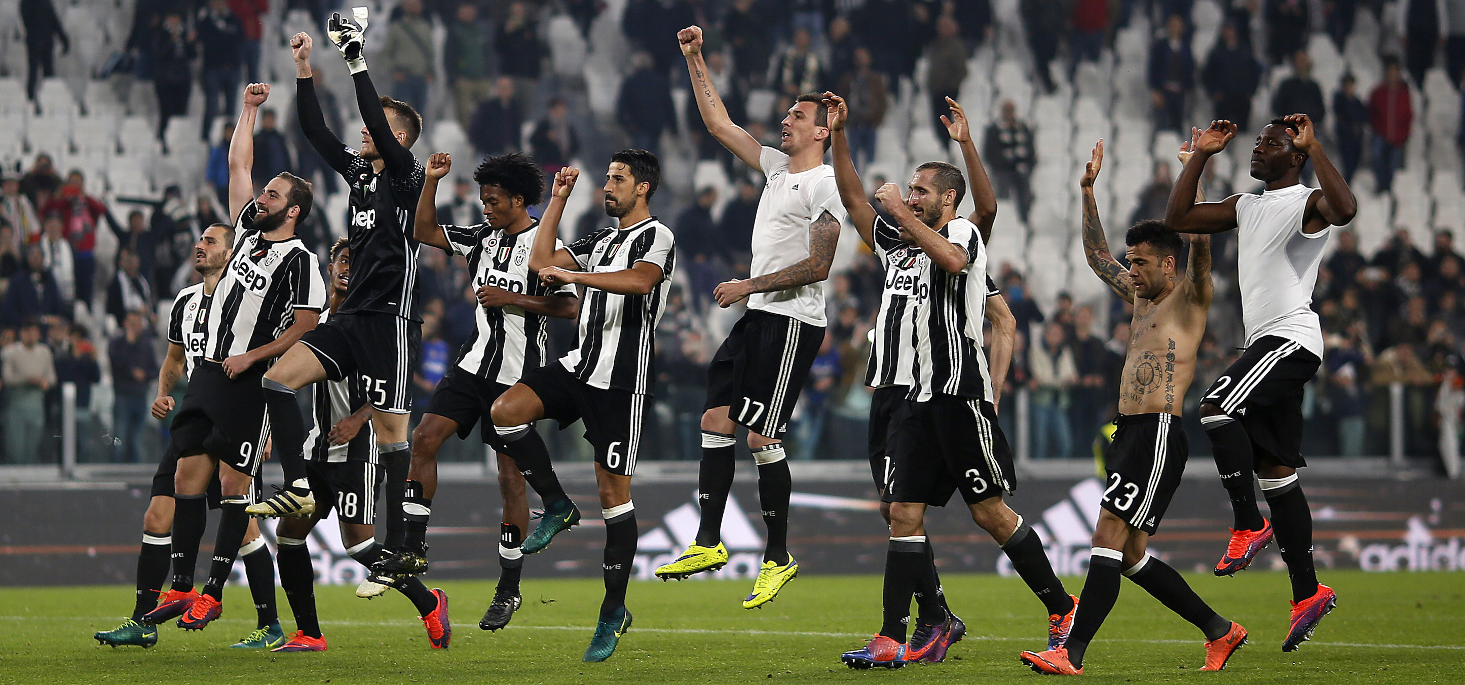 Juventus' team players celebrate with fans after winning the Italian Serie A football match Juventus Vs Sampdoria on October 26, 2016 at the 'Juventus Stadium' in Turin. / AFP / MARCO BERTORELLO (Photo credit should read MARCO BERTORELLO/AFP/Getty Images)