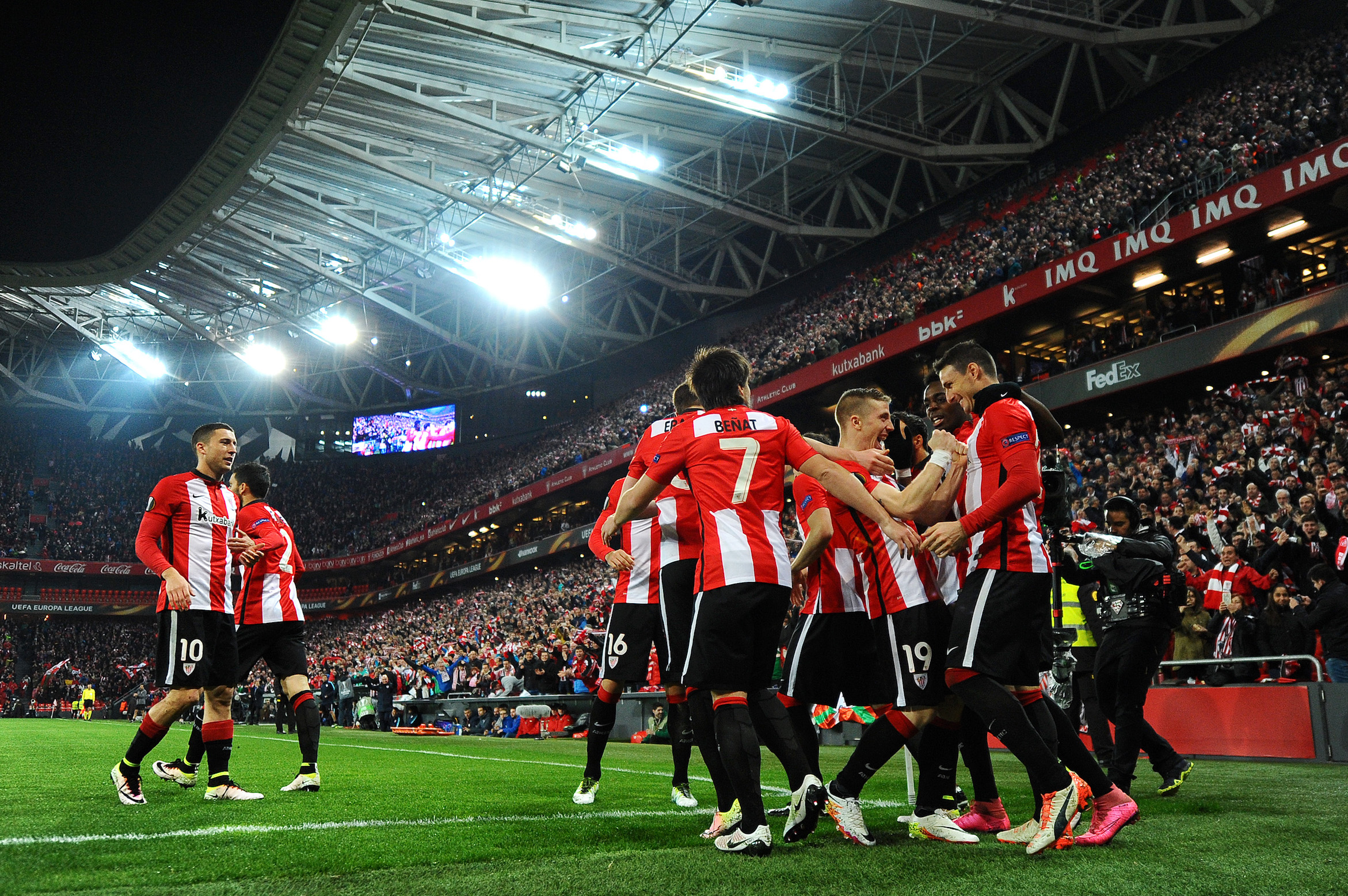 BILBAO, SPAIN - APRIL 07: Aritz Aduriz of Athletic Club Bilbao (R) celebrates with team mates as he scores their first goal during the UEFA Europa League quarter final first leg match between Athletic Bilbao and Sevilla at San Mames Stadium on April 7, 2016 in Bilbao, Spain. (Photo by David Ramos/Getty Images)