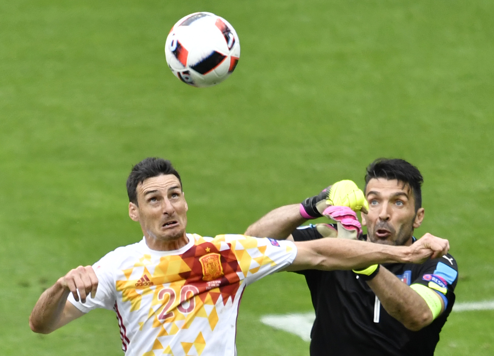Spain's forward Aritz Aduriz (L) vies with Italy's goalkeeper Gianluigi Buffon during Euro 2016 round of 16 football match between Italy and Spain at the Stade de France stadium in Saint-Denis, near Paris, on June 27, 2016. / AFP / PHILIPPE LOPEZ (Photo credit should read PHILIPPE LOPEZ/AFP/Getty Images)