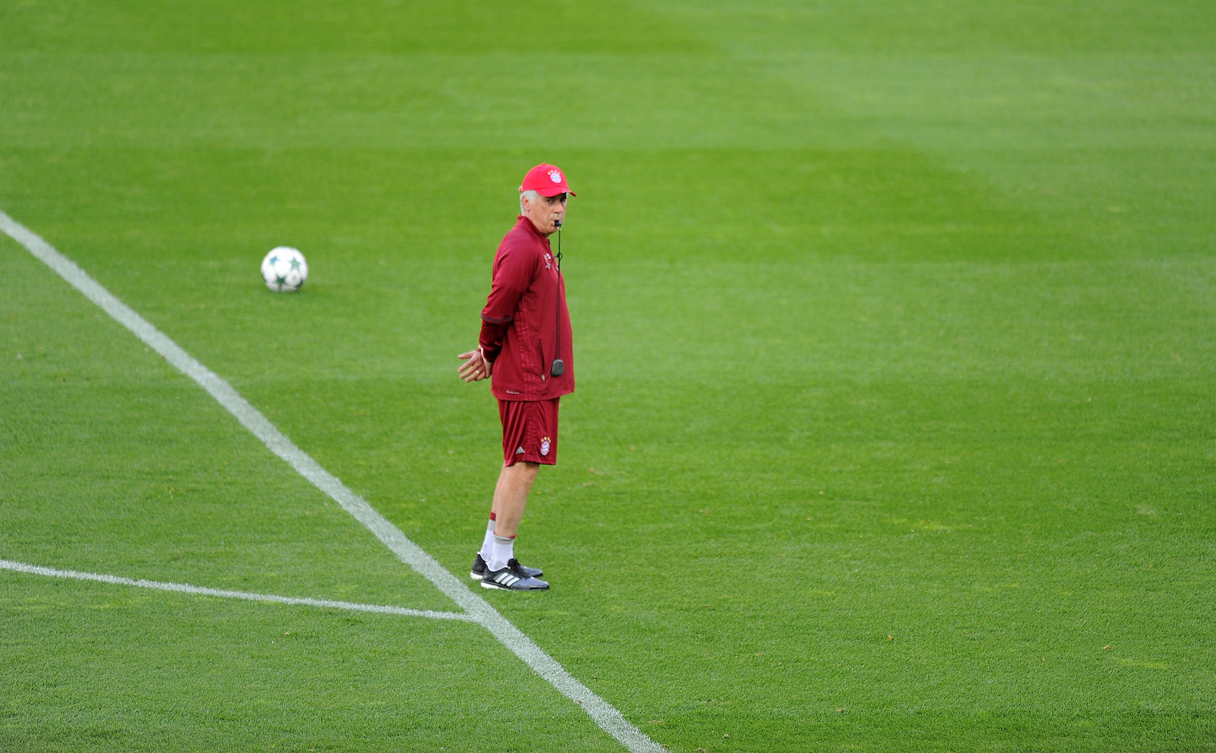 MADRID, SPAIN - SEPTEMBER 27: Manager Carlo Ancelotti of FC Bayern Muenchen looks on during a team training session at Vicente Calderon Stadium ahead of the UEFA Champions League Group D match between Club Atletico de Madrid and FC Bayern Muenchen on September 27, 2016 in Madrid, Spain. (Photo by Denis Doyle/Getty Images)