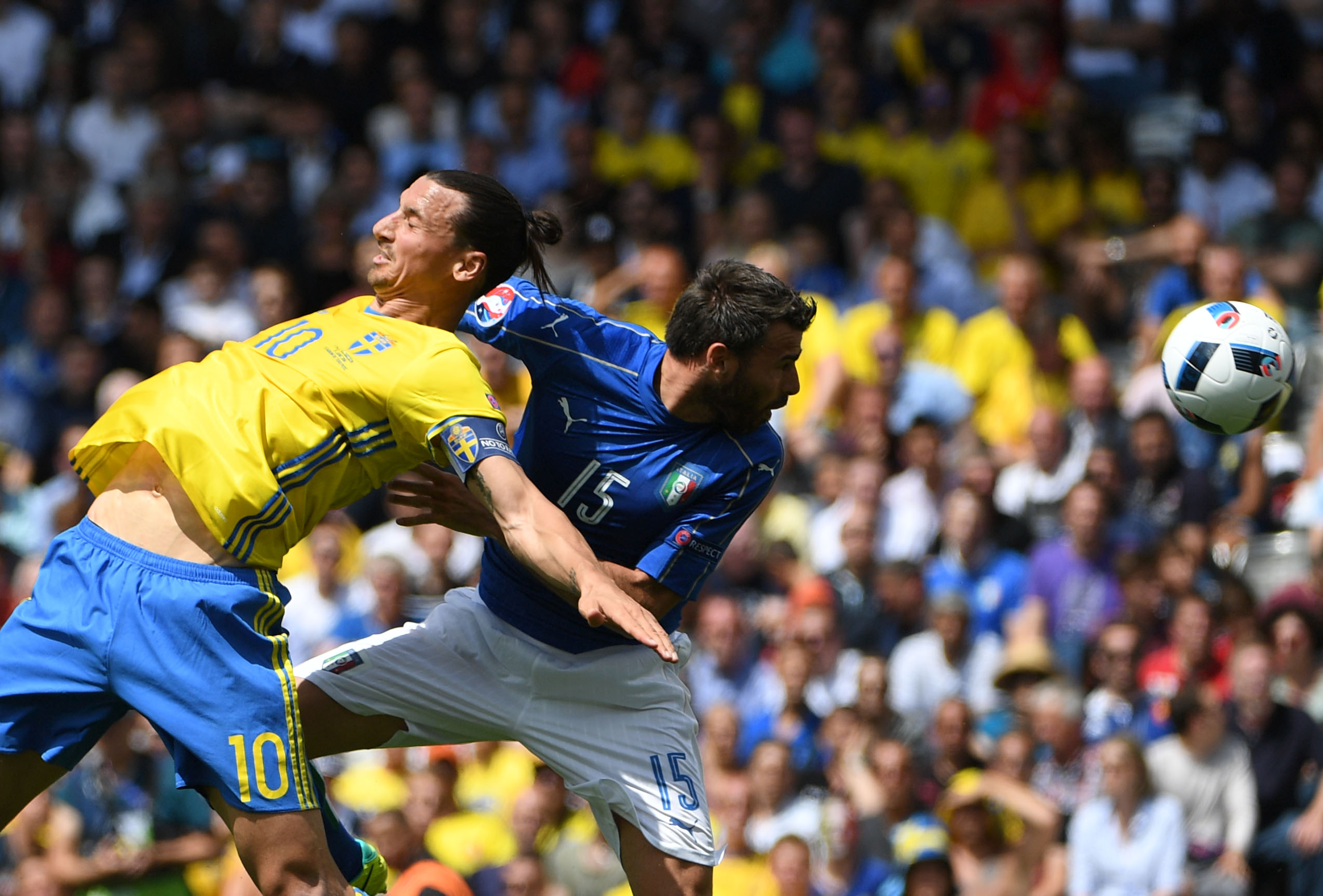 Sweden's forward Zlatan Ibrahimovic (L) vies with Italy's defender Andrea Barzagli during the Euro 2016 group E football match between Italy and Sweden at the Stadium Municipal in Toulouse on June 17, 2016. / AFP / PASCAL GUYOT (Photo credit should read PASCAL GUYOT/AFP/Getty Images)