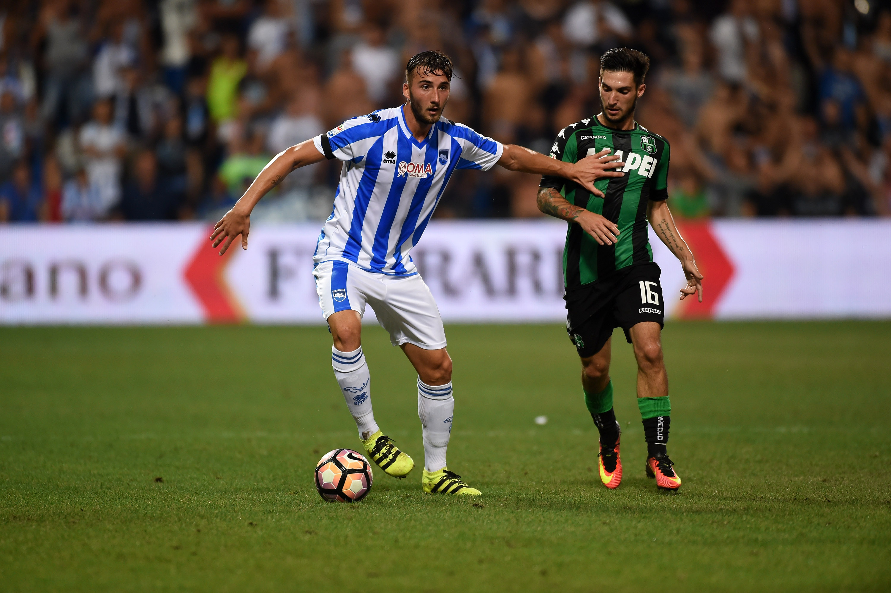 REGGIO NELL'EMILIA, ITALY - AUGUST 28: (L-R) Bryan Cristante of Pescara Calcio competes for the ball with Gaston Duarte Brugman during the Serie A match between US Sassuolo and Pescara Calcio at Mapei Stadium - Citta' del Tricolore on August 28, 2016 in Reggio nell'Emilia, Italy. (Photo by Pier Marco Tacca/Getty Images)