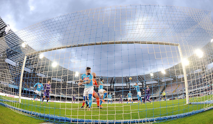 NAPLES, ITALY - DECEMBER 10: A melee in the SSC Napoli penalty area during the Serie A match between SSC Napoli and ACF Fiorentina at Stadio San Paolo on December 10, 2017 in Naples, Italy. (Photo by Francesco Pecoraro/Getty Images)